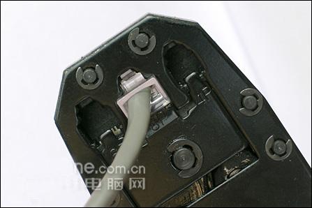 水晶头插入8P的槽内